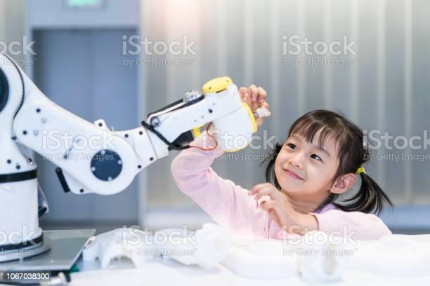 Poco Chica Edificio Robótica Brazo En La Escuela Foto de stock y más banco de imágenes de Robot
