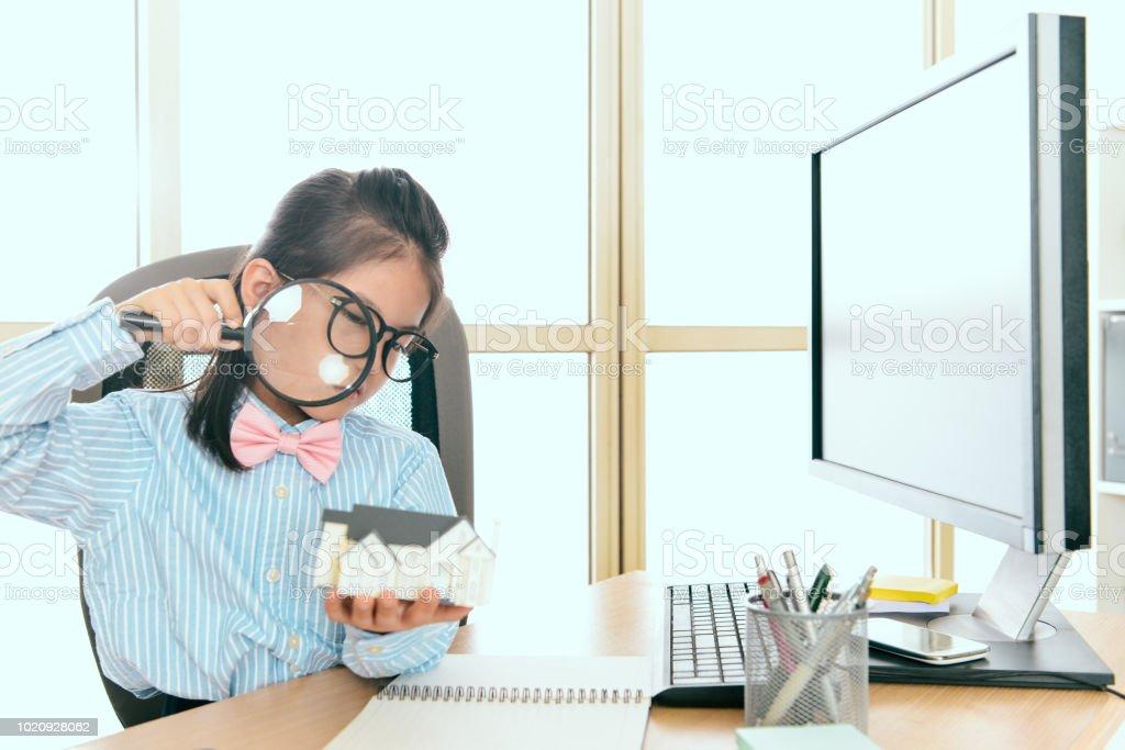 trabalhador de negócios pequena garota quer investir imobiliária - foto de acervo