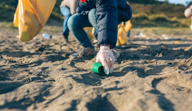 Kleine Mädchen putzen den Strand – Foto