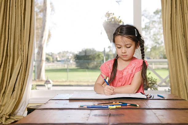 kleines mädchen mit farben zeichnen mit bleistiften wie zu hause fühlen. - mädchen vorhänge stock-fotos und bilder