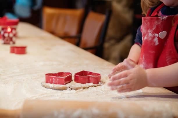 kleines mädchen plätzchenbacken während valentinstag - 3 zutaten kuchen stock-fotos und bilder