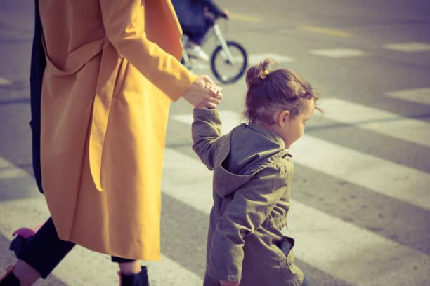 petite fille, traverser la rue avec la mère. - passage balisé photos et images de collection