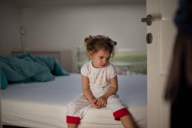 kleines mädchen weint im schlafzimmer - fails zum thema eltern stock-fotos und bilder