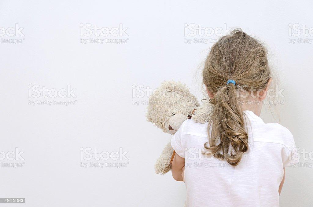 Kleines Mädchen weint in der Ecke.  Gewalt in der Familie gefeiert. – Foto