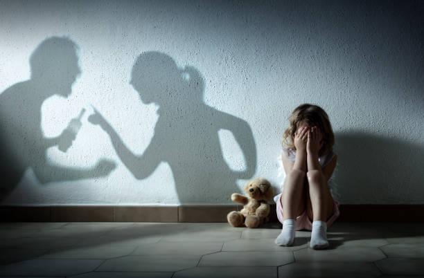 liten flicka gråter med föräldrar argumentera-hem våld och skilsmässa - förälder bildbanksfoton och bilder