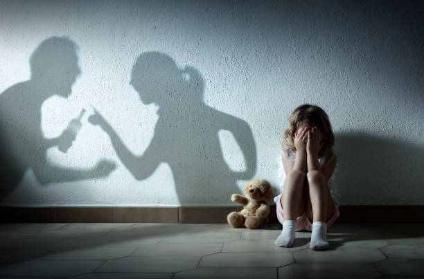 little girl crying with parents arguing - home violence and divorce - divorzio foto e immagini stock