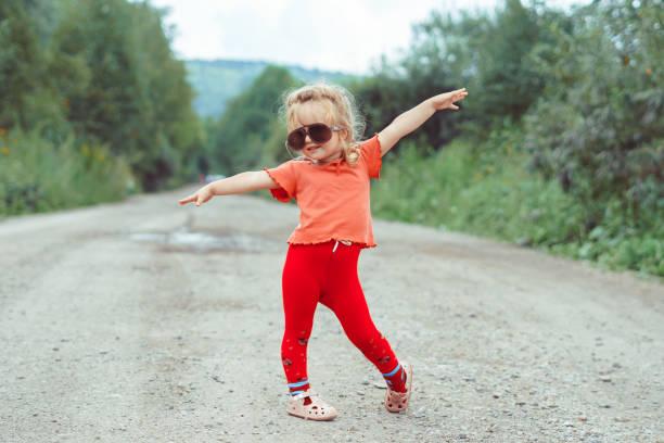 kleines Mädchen tanzen in Gläsern – Foto