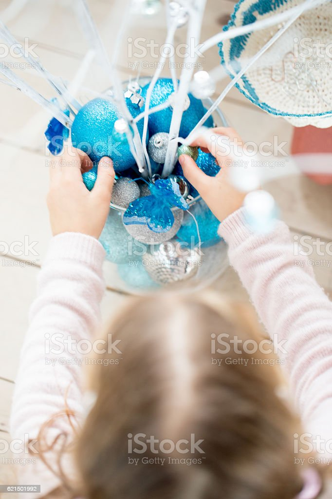 Little Girl Decorating a simple Christmas Tree Lizenzfreies stock-foto