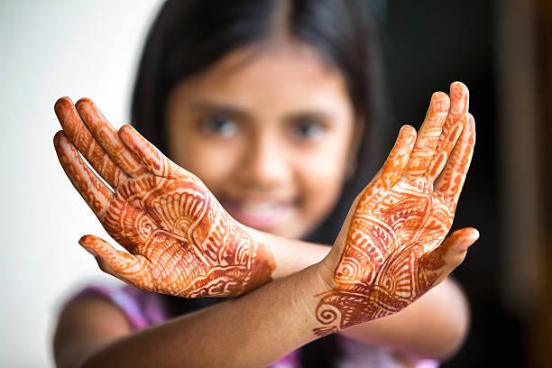 kleines mädchen, die mit henna tattoo auch mehendi - brautstyling stock-fotos und bilder