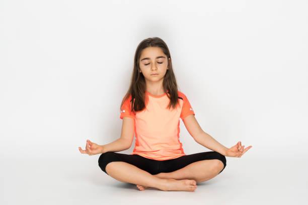 Kleines Mädchen macht Yoga-Meditation – Foto