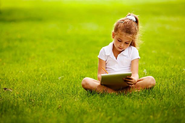 Kleines Mädchen zeichnen in park – Foto