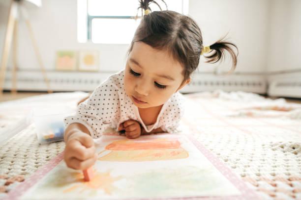 kleines mädchen mit kreide zeichnen - kleinkind frisur stock-fotos und bilder