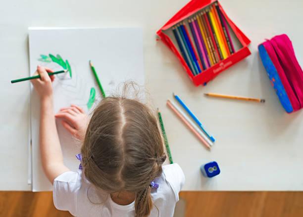 fillette avec un crayon dessin à la maison. vue supérieure. - gaucher photos et images de collection