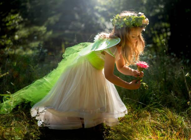Kleines Mädchen gekleidet wie eine Fee. – Foto