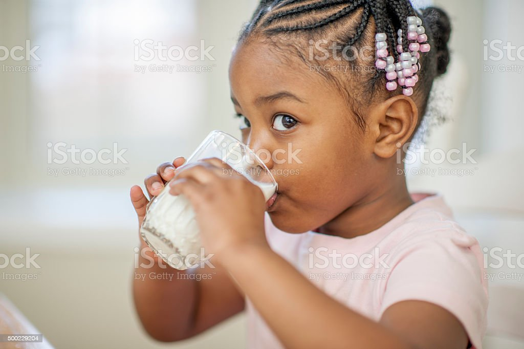 Niña beber leche - foto de stock