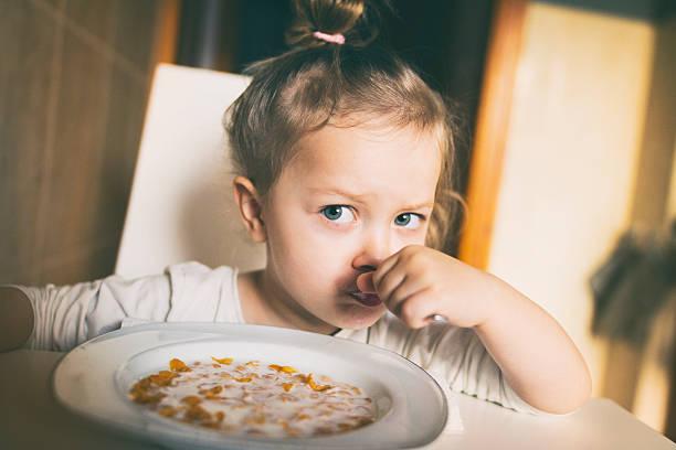 Little girl eating corn flakes – zdjęcie