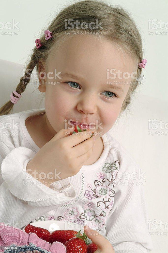 Kleines Mädchen isst Erdbeere Lizenzfreies stock-foto