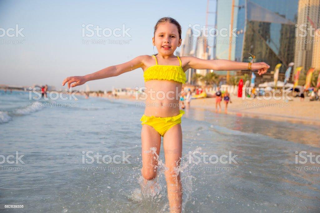 Fotografía de Niña Disfruta De Correr En La Playa De Dubai y más ...