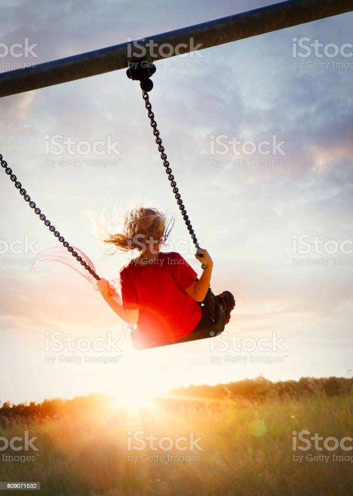 Little girl enjoying swinging - foto stock