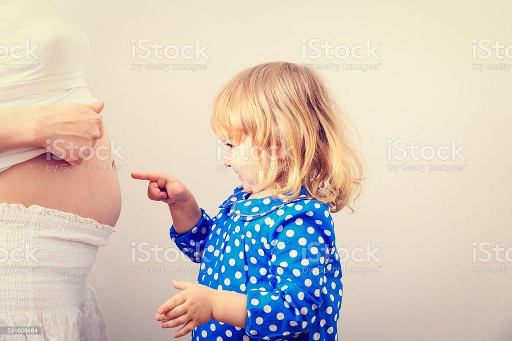 小さな女の子は彼女の兄れること ストックフォト