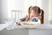 朝食で眠りに落ちる少女