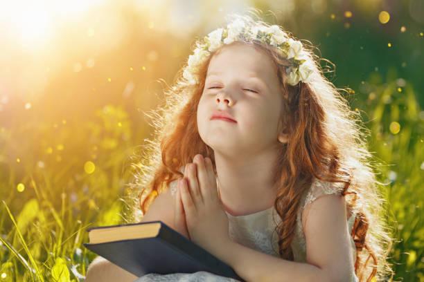 kleine mädchen ihre hand mit beten gefaltet - vorschuldekorationen stock-fotos und bilder