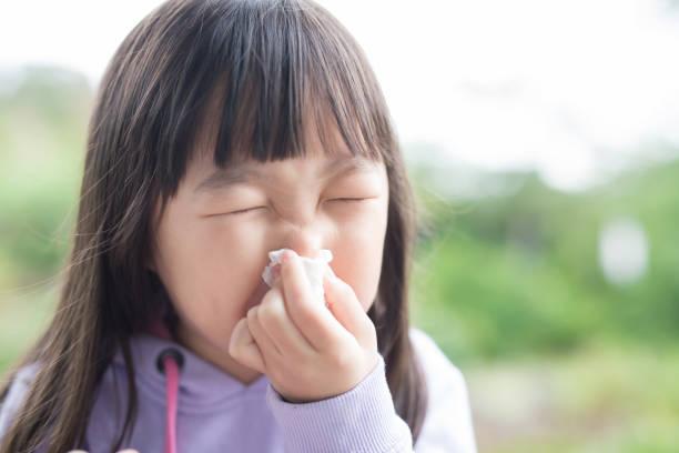 少女が冷える - くしゃみ 日本人 ストックフォトと画像