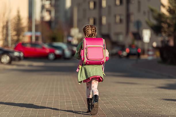 kleines mädchen geht zur schule - liebeskind umhängetasche stock-fotos und bilder