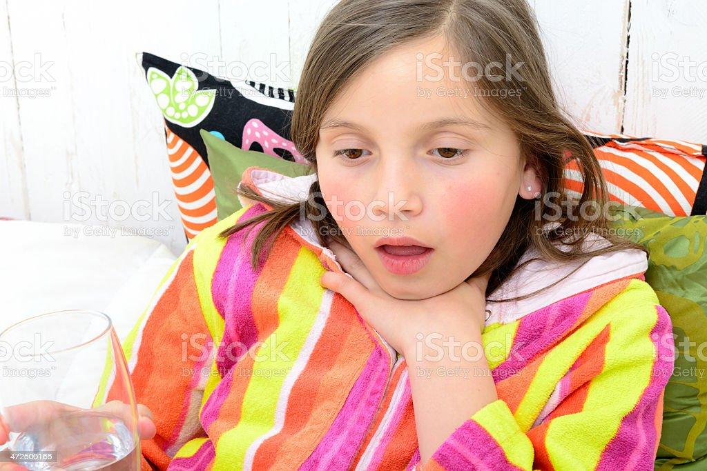 Petite fille a un Mal de gorge - Photo