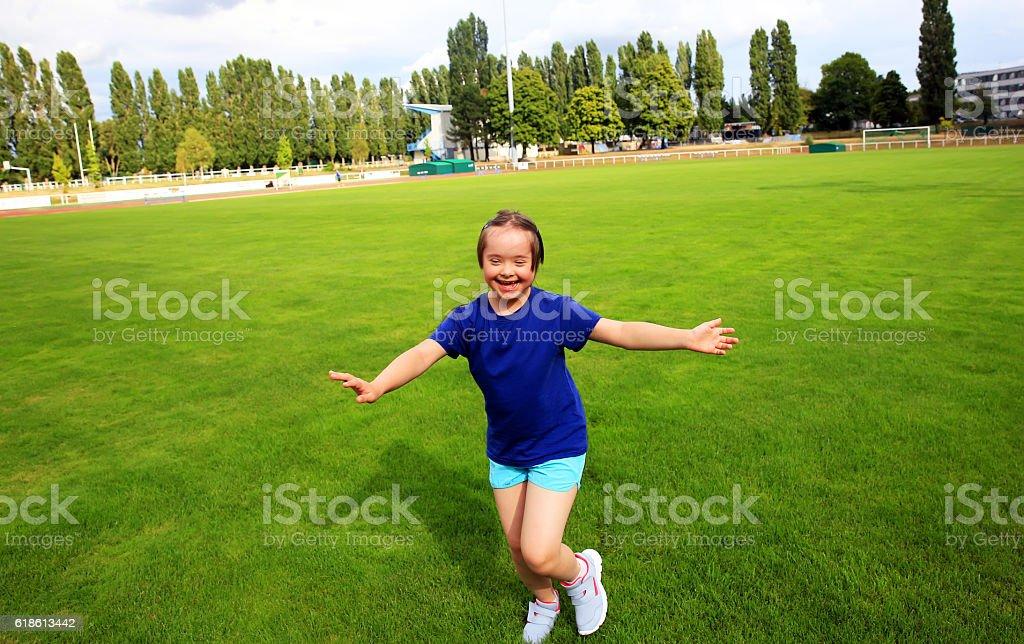 Piccola bambina divertirsi sul Stadio - foto stock