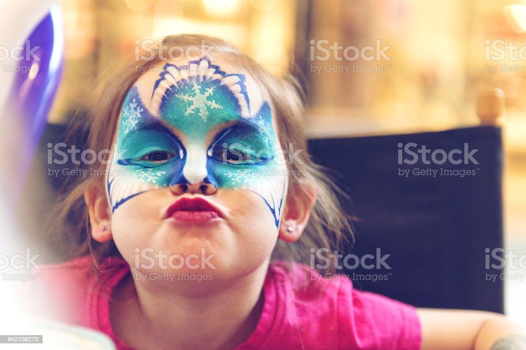 Kleines Mädchen mit einem Gesicht malen – Foto