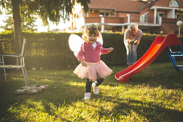 kleines mädchen hat eine gute zeit mit großmutter - prinzessinnen tutu stock-fotos und bilder