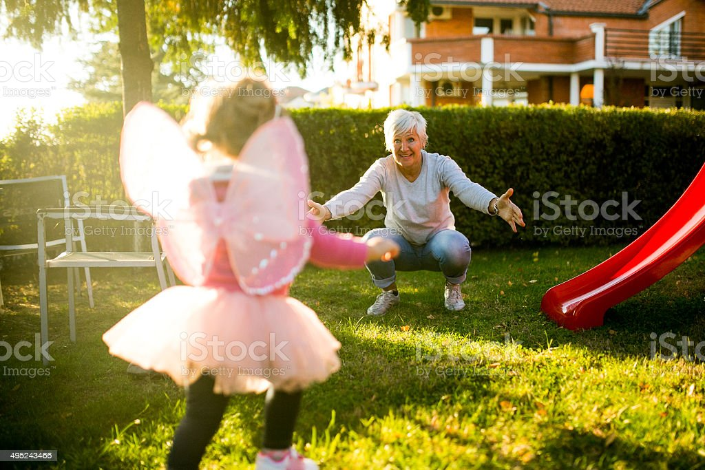 Niña con un momento agradable con la abuela - foto de stock