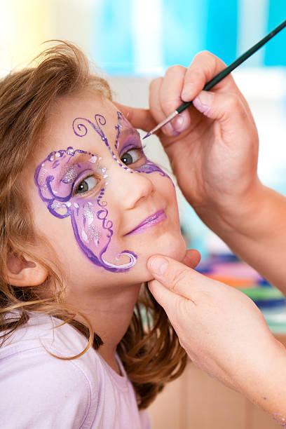 petite fille ayant visage peint fête d'anniversaire - imitant un animal photos et images de collection