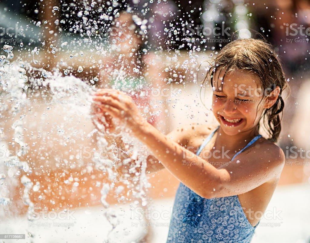 Mała dziewczynka ma zabawy w parku wodnego Fontanna – zdjęcie