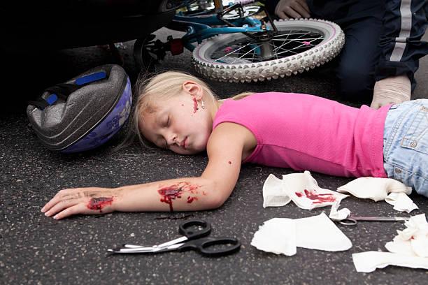 Menina atingidos por um carro - foto de acervo