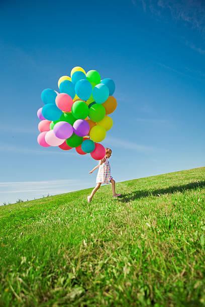 소녀만 쥠 색상화 풍선. 하위 게임하기 on 녹색 스톡 사진