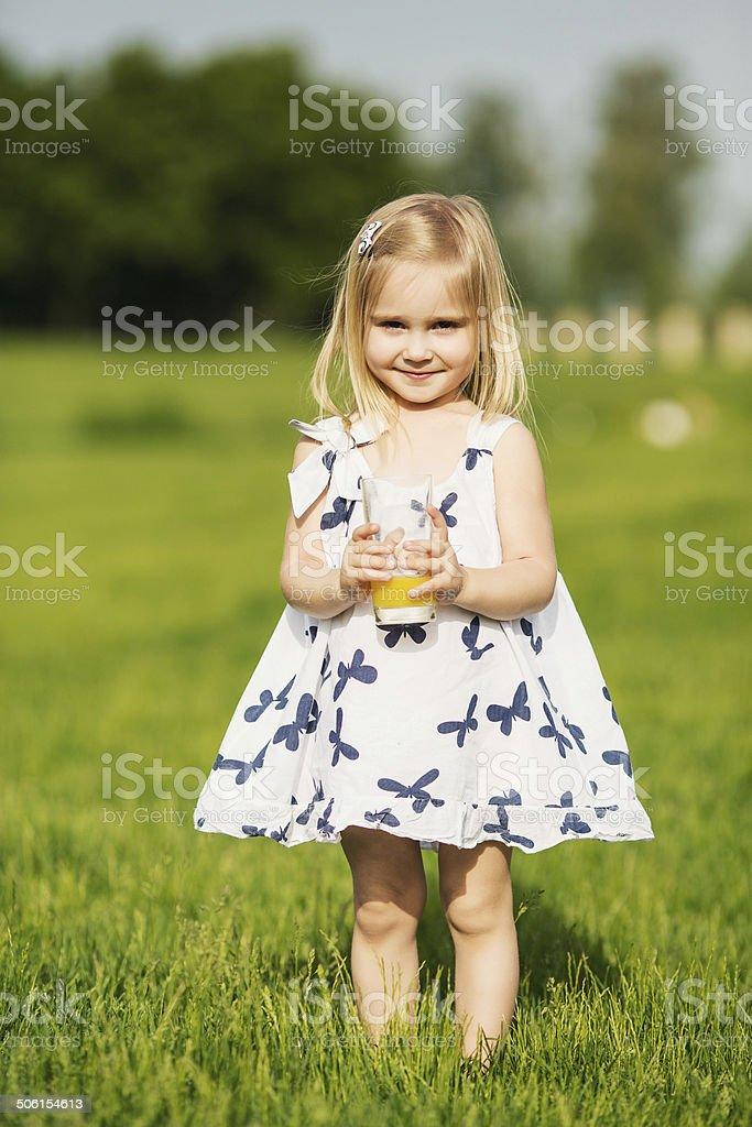 Kleines Mädchen holding Saft – Foto