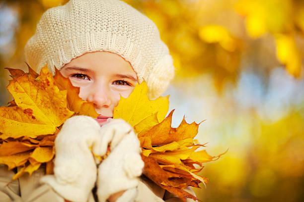 Kleine Mädchen Holding gelbe Ahorn Blätter in der Nähe von Gesicht – Foto