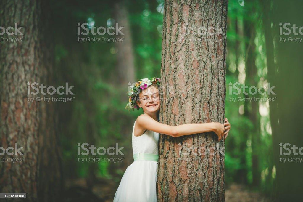 Kleines Mädchen umarmen einen Baum – Foto