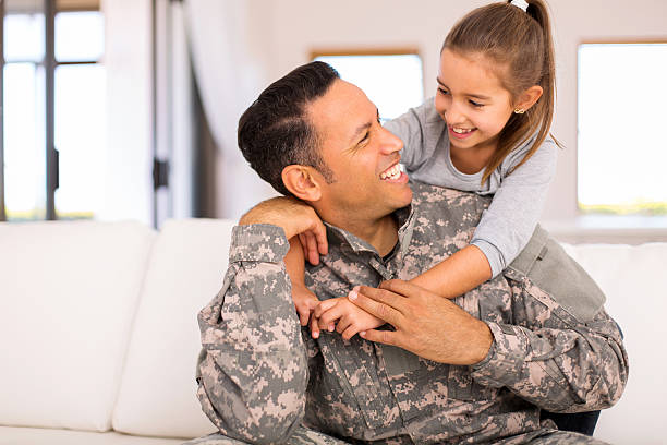 kleines mädchen umarmen ihre militärischen vater - camouflagekleidung mädchen stock-fotos und bilder