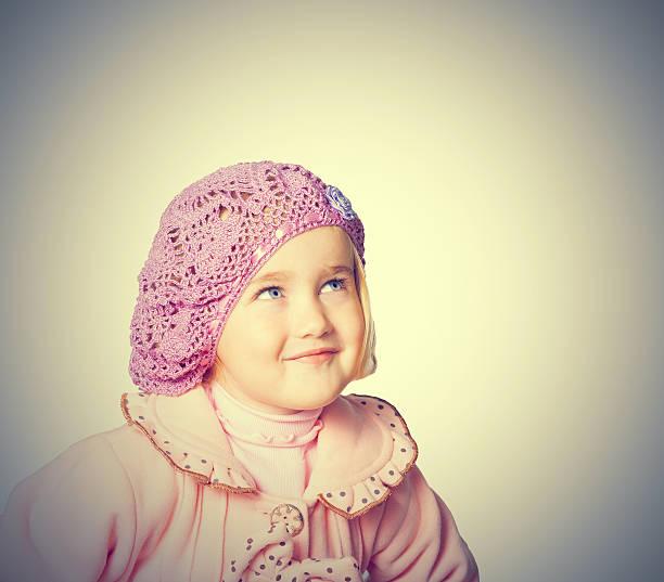 kleines mädchen in einem rosa jacke und baskenmütze - kindermütze häkeln stock-fotos und bilder
