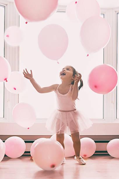 little girl in a pink world - prinzessin kleid kind stock-fotos und bilder
