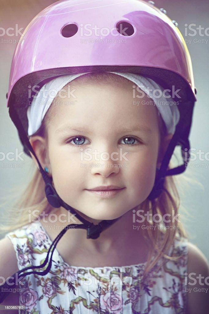 Kleines Mädchen in einen Sicherheitshelm – Foto