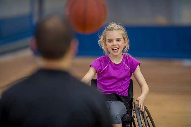 menina em uma cadeira de rodas - esportes em cadeira de rodas - fotografias e filmes do acervo