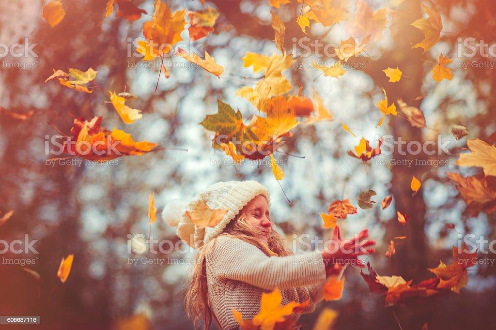 Маленькая девочка в Осенний Парк стоковое фото