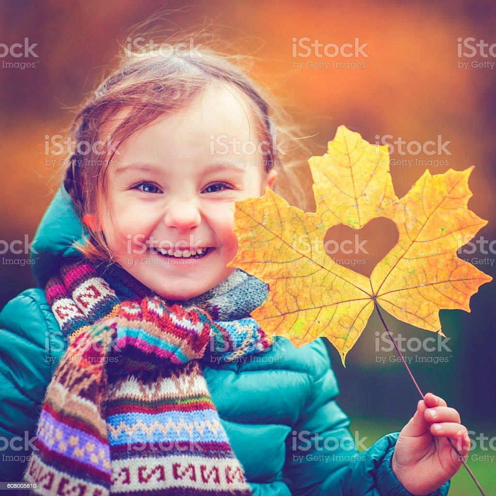 Kleines Mädchen im Herbst-park – Foto