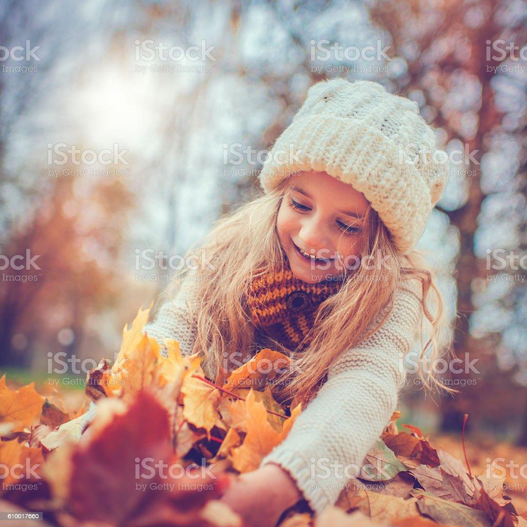 Kleines Mädchen im Herbst-park - Lizenzfrei 6-7 Jahre Stock-Foto