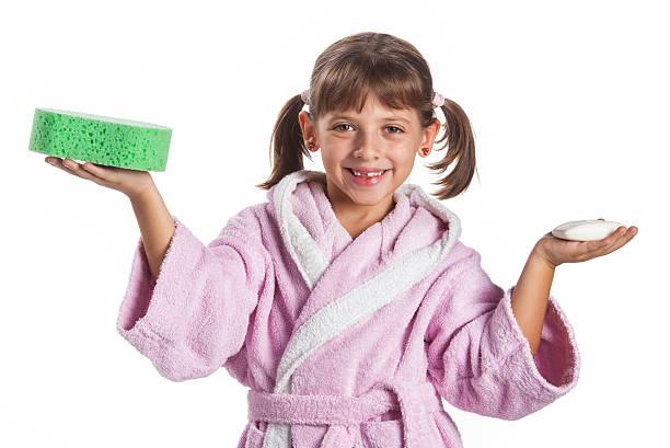 Kleines Mädchen in Bademantel – Foto
