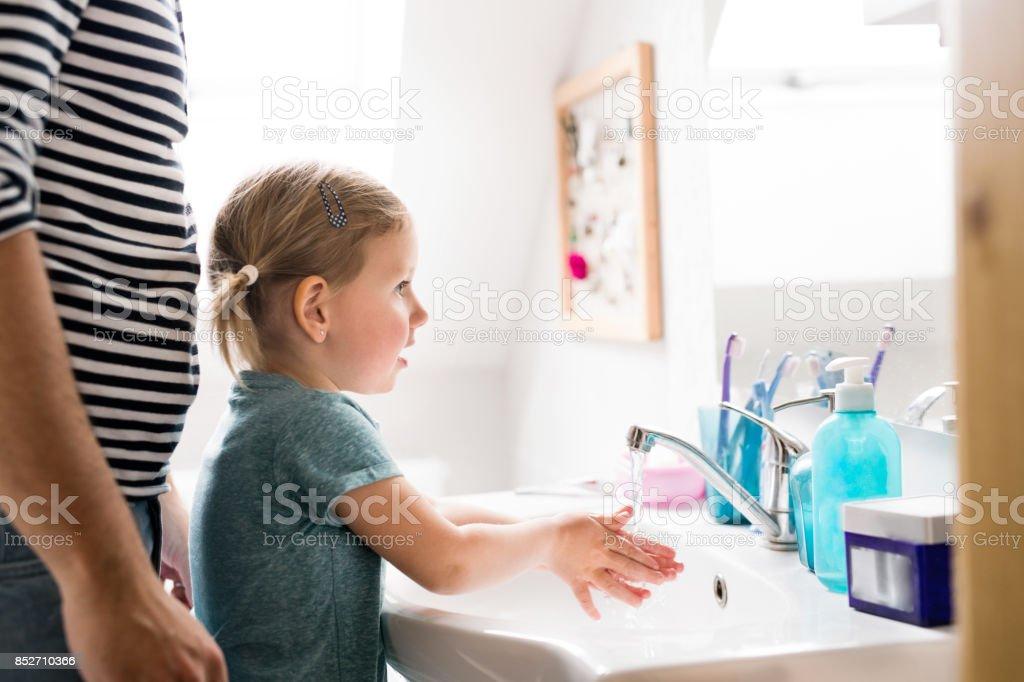 Kleines Mädchen Im Badezimmer Mit Vater Die Hände Zu Waschen ...
